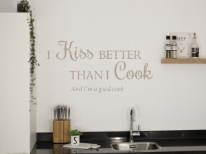 "Muursticker ""I kiss better than I cook"""